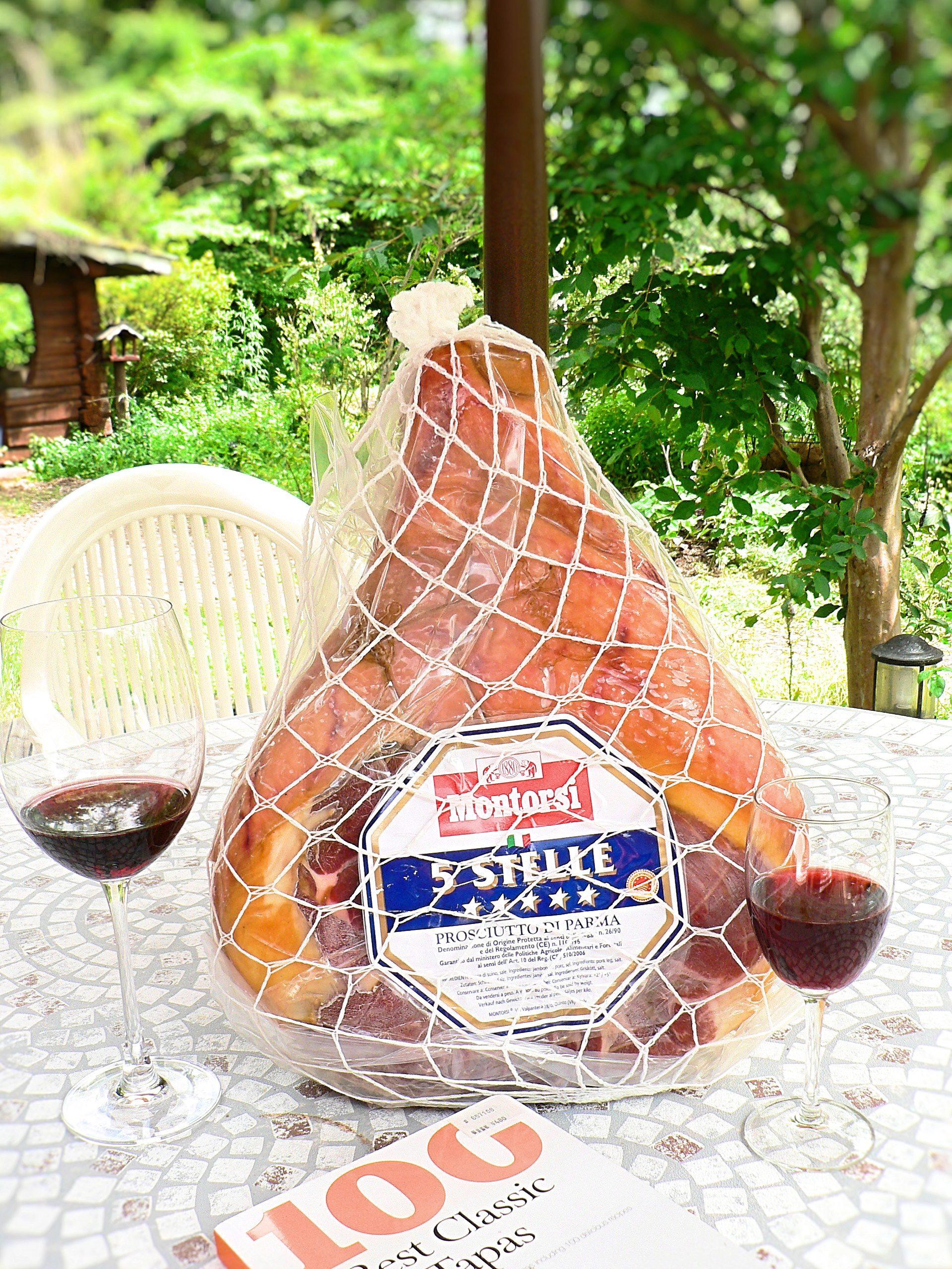 现切意大利帕尔马产的火腿。请配葡萄酒一起享用♪