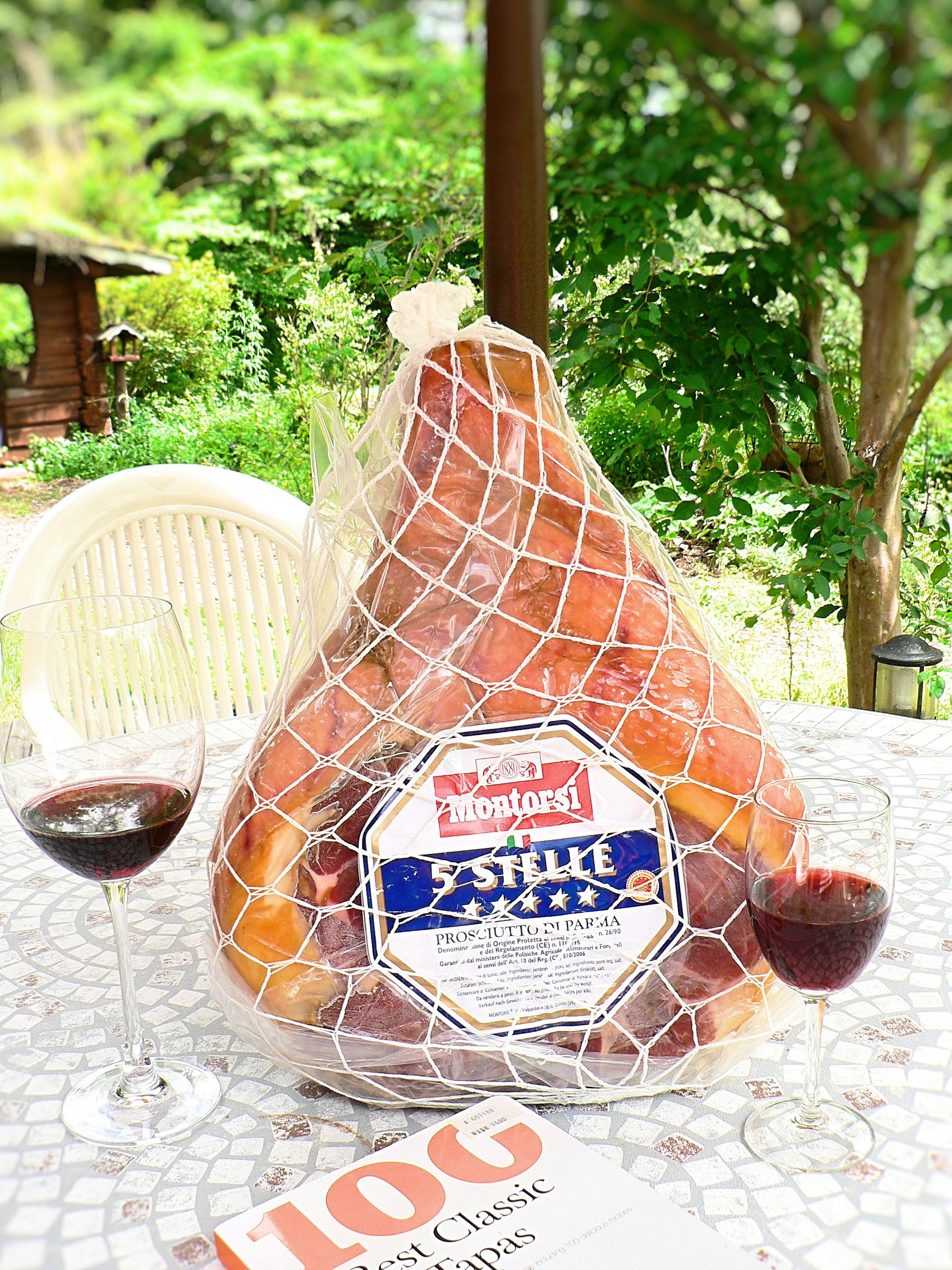 Raw ham made in Parma in Italy will be served cut fresh; go enjoy it with wine♪