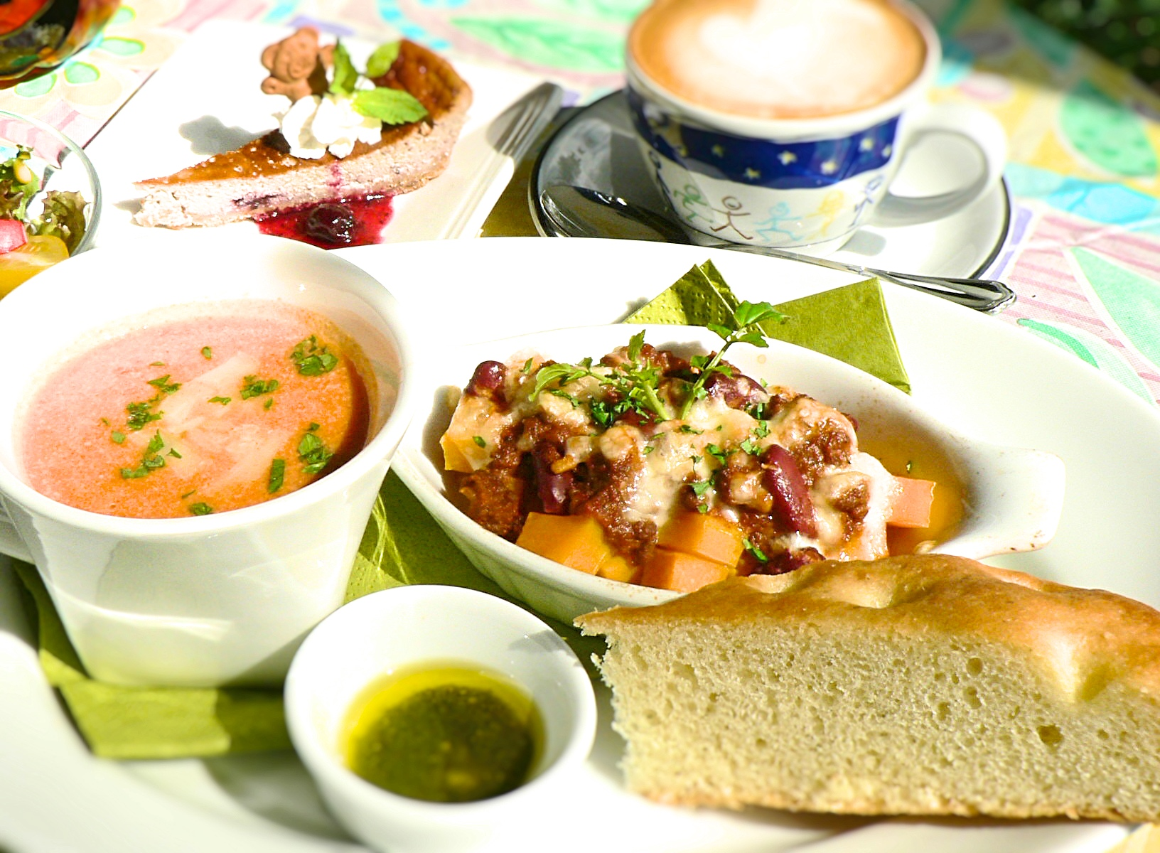 Open dishes and soup, lunch plate of home-made focaccia are popular.