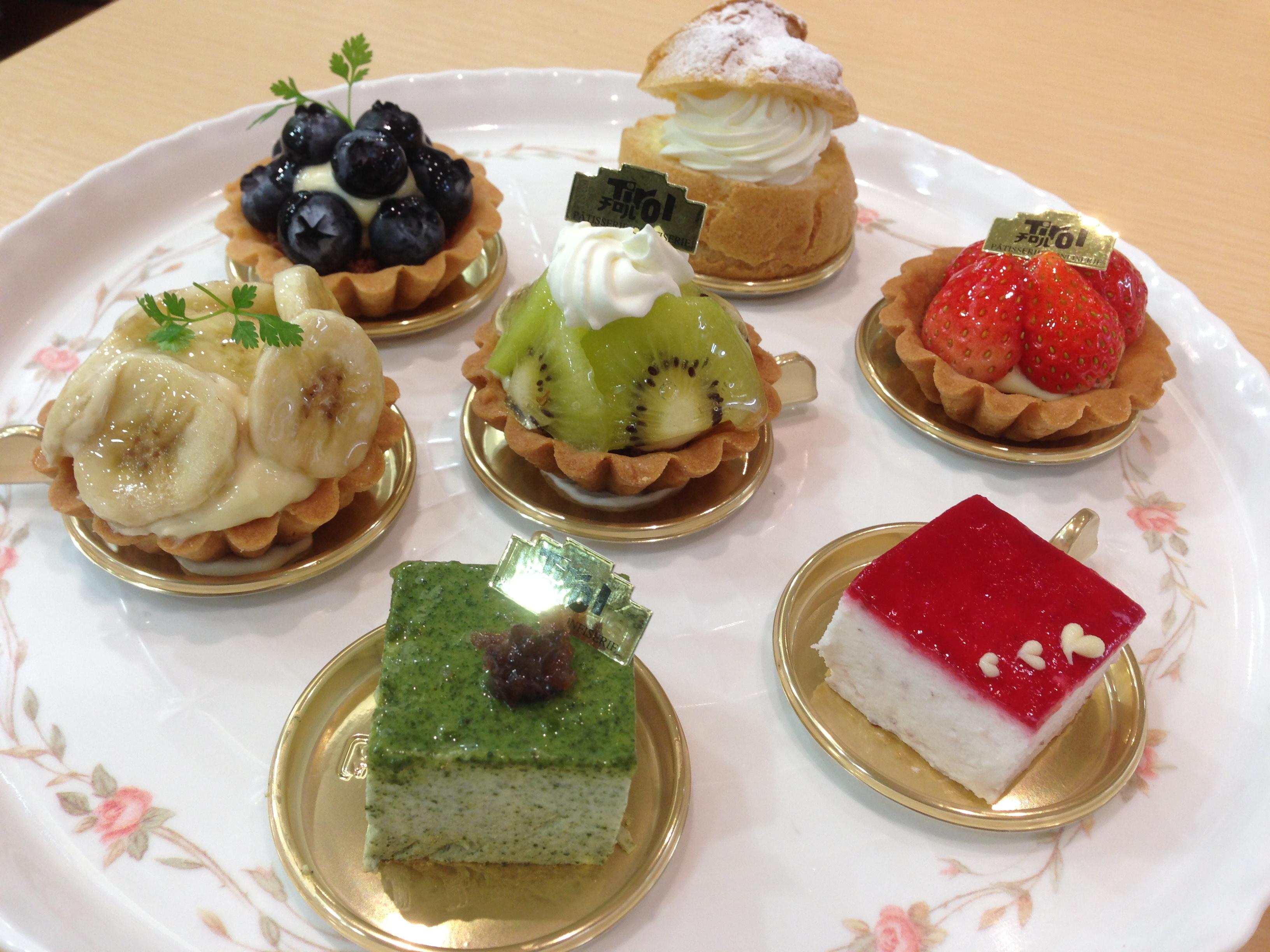 季節のケーキ:桃やラ・フランスなど季節ならではのケーキをお楽しみください。