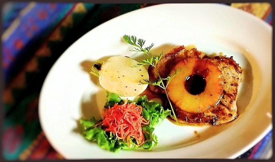 ハワイアンポークステーキ。ビーフステーキ、チキングリルなどのお肉料理もあります。