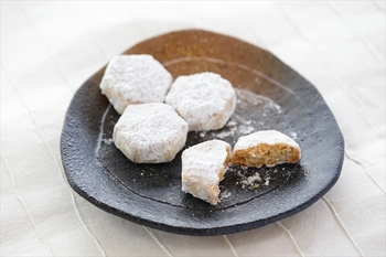 信州产的白味增·荞麦果实·加入了核桃的嘎吱脆且香味四溢的蛋糕。 想象着六角形的雪花晶体制作而成。