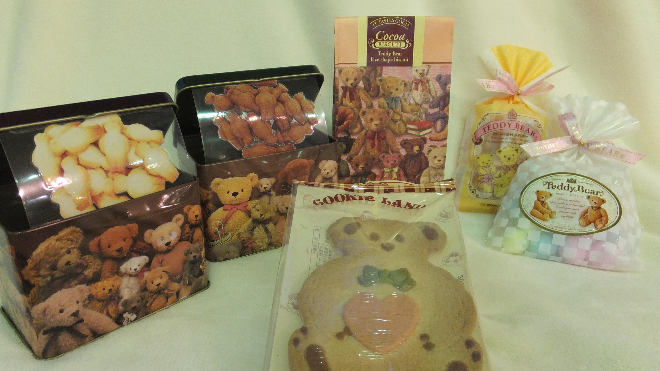 可爱小熊的罐装饼干和糖果