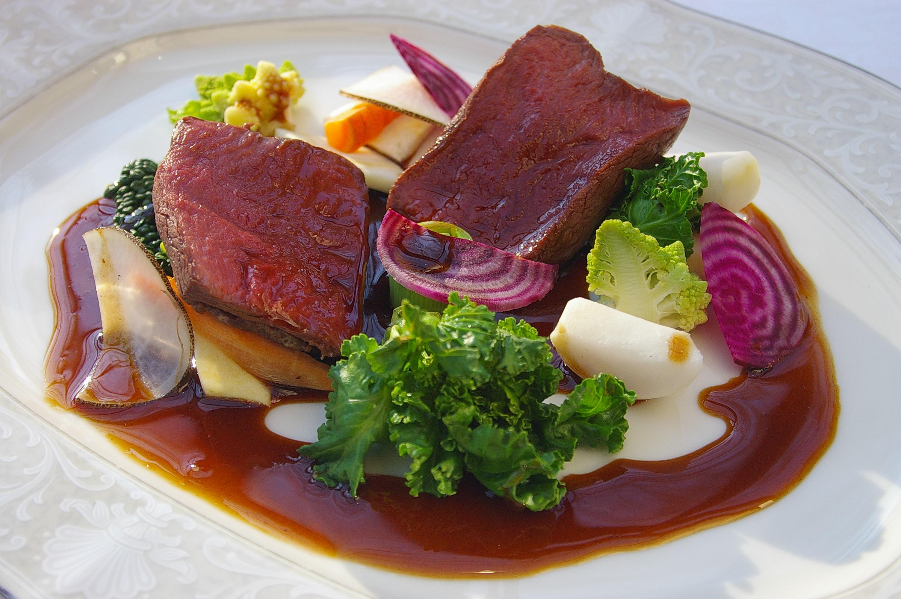 鹿肉のロティ ジビエの赤ワインソース